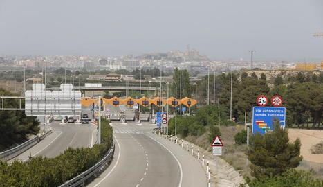 Imatge recent del peatge de l'autopista AP-2 i la ciutat de Lleida al fons.