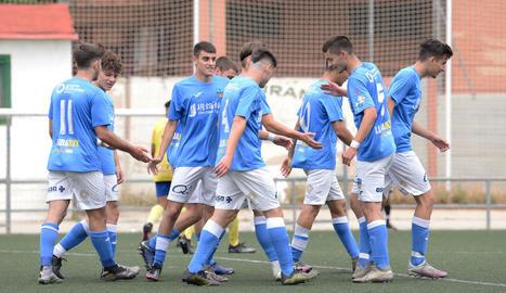 El Juvenil celebra un dels sis gols que va marcar ahir.