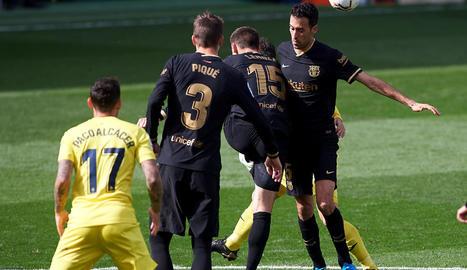 Leo Messi celebra amb Antoine Griezmann celebren un gol del davanter francès, que ahir va firmar un doblet i va donar la victòria al Barça a Vila-real.