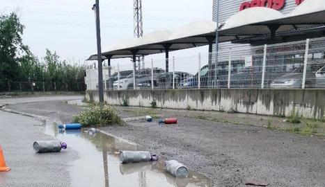 Imatge de les botelles escampades per la calçada.