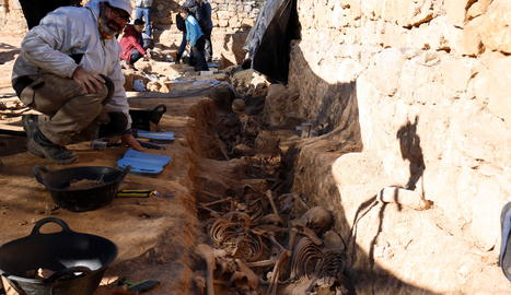 Els arqueòlegs treballant a la fossa de la Guerra Civil al cementiri vell del Soleràs.