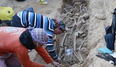 Treballs d'exhumació a la fossa comuna del Soleràs.
