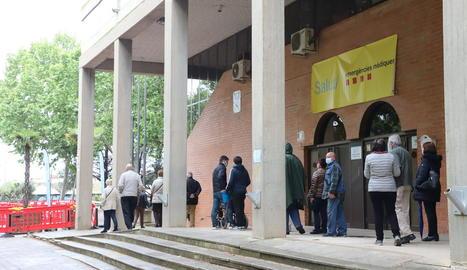 Persones fent cua al pavelló Onze de Setembre, un dels centres de vacunació.