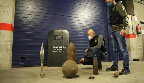 Dos Tedax de la unitat de Lleida mostren alguns dels projectils trobats en els últims anys.