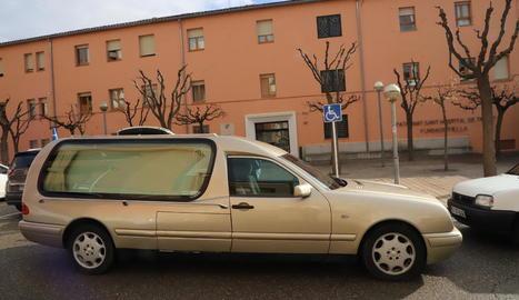 Un cotxe fúnebre davant de la residència de Tremp el mes de desembre passat.