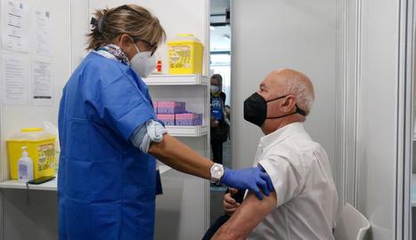 Més de 2.000 cites per vacunar-se a la Fira de Barcelona - La vacunació en el punt habilitat a la Fira de Barcelona va seguir ahir amb 2.100 cites programades per a persones d'entre 70 i 79 anys que van rebre la primera dosi del fàrmac de Pfiz ...