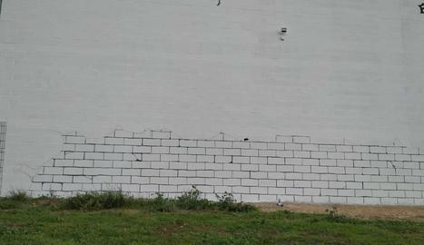 El procés. Del mur blanc d'un magatzem, passant per l'artista Peon Prisamata enfilat en una grua, fins al resultat final.