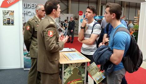 Alguns joves estudiants interessant-se per l'estand de l'Exèrcit a la 12a Fira F&T de Lleida el 2018.