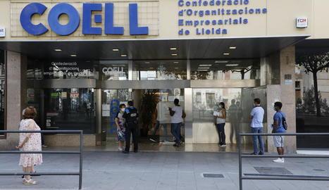 Cua davant de la seu de l'OMAC l'agost passat, durant el període en què la Paeria va tancar.