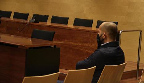 Un dels acusats pel robatori, ahir, a l'Audiència de Girona.