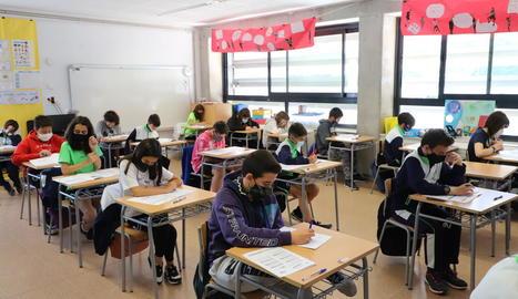 Els alumnes de sisè de Primària del col·legi La Mitjana, durant les proves ahir al matí.