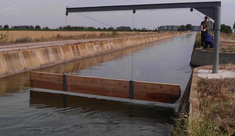 Un deflector col·locat davant d'una rampa per desviar els animals que puguin caure al canal.