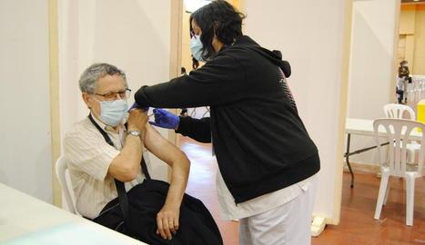 El pavelló firal de Mollerussa va acollir ahir la vacunació de persones de 70 a 79 anys.