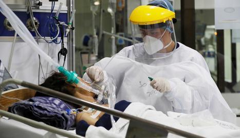Personal mèdic treballa en una unitat de cures intensives.