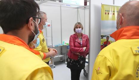 La consellera de Salut, Alba Vergés, conversant amb sanitaris al punt de vacunació massiva del Palau d'Esports Catalunya de Tarragona.