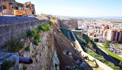 Pla general on es pot veure maquinària treballant en el sanejament de l'esllavissada a la muralla de la Seu Vella