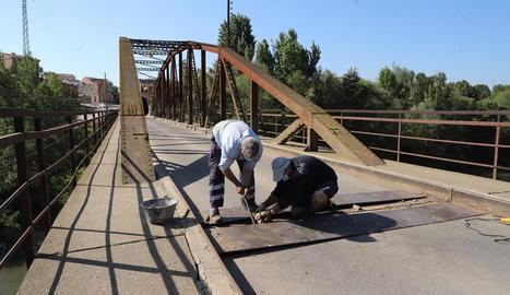 Els treballs que es van dur a terme ahir al pont de la Sucrera.
