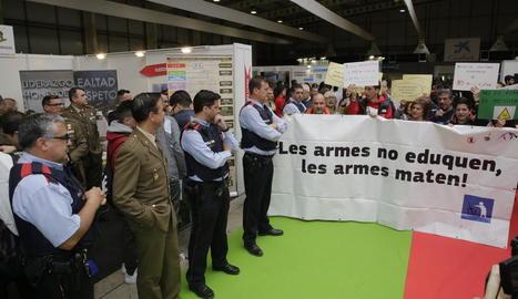 Protesta per la presència de l'Exèrcit al saló del 2019.