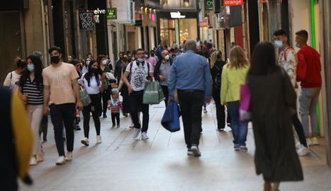 Imatge d'ahir de l'Eix Comercial de Lleida ple de compradors.