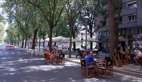 Veïns de Lleida a la terrassa del bar Beat a l'avinguda Doctora Castells de Lleida.