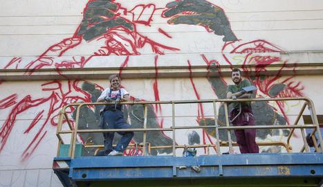 El mural de la lleidatana Lily Brik i l'artista d'Ivars d'Urgell Erik Schmitz a Tàrrega ja pren forma.