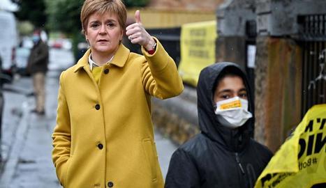 Nicola Sturgeon, primera ministra d'Escòcia, ahir, davant d'un col·legi electoral a Glasgow.