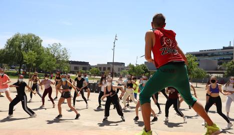 Imágenes de la fiesta mayor de la UdL y de la reunión de estudiantes improvisada en el río