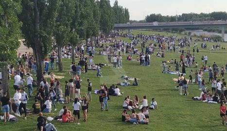 Centenars d'assistents a la festa universitària es van dispersar pel marge esquerre del Segre.