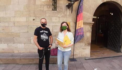 Els membres de la CUP Francesc Gabarrell i Ester Sancho, ahir.