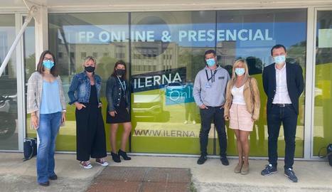 Els parlamentaris del PSC, ahir en la visita a Ilerna.