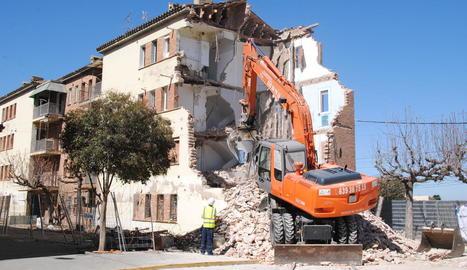 L'inici de les demolicions als blocs Sant Isidori de Mollerussa, el mes de març passat.
