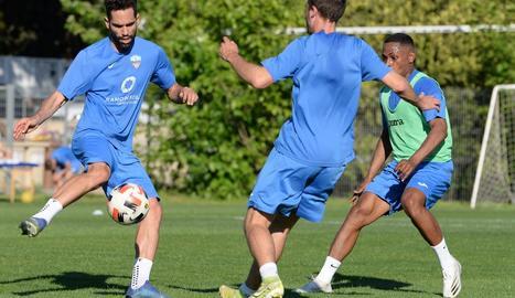 Un moment de la sessió d'entrenament que el Lleida va fer ahir a l'Annex.