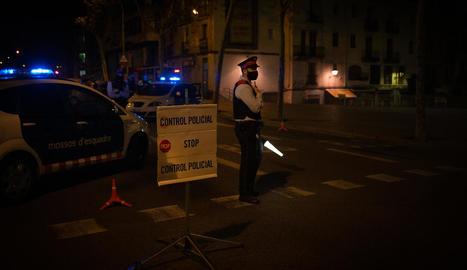 Agents dels mossos durant un control muntat per assegurar el toc de queda a Barcelona.