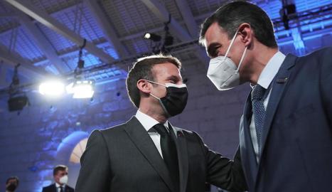 Pedro Sánchez i Emmanuel Macron se saluden a l'arribar a la cimera europea ahir a Porto.