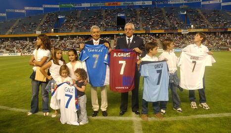 Gausí, a l'homenatge del 2005, amb els seus nets, Pons i les samarretes dels 5 clubs en què va jugar.