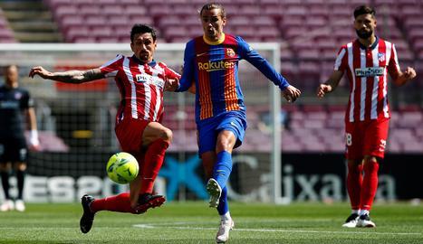 El jugador de l'Atlético de Madrid Stefan Savic intenta tallar l'avenç d'Antoine Griezmann, del FC Barcelona