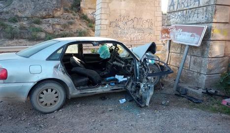 Imatge del turisme després de l'accident a l'A-140 a Albelda.