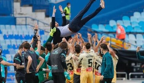 Vicente Moreno, tècnic de l'Espanyol, és mantejat pels futbolistes de l'equip.