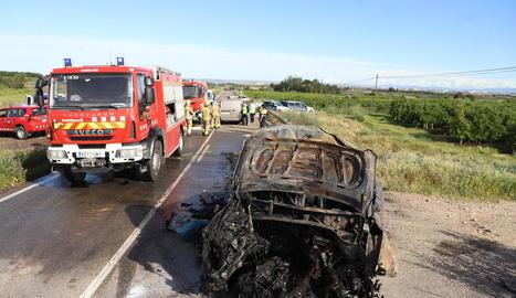 El cotxe que conduïa el jove que va resultar ferit greu va quedar completament calcinat.