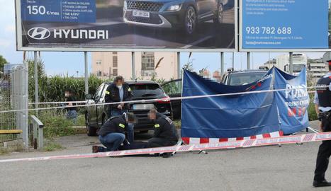 Agents d'investigació dels Mossos d'Esquadra, després de trobar el cadàver.