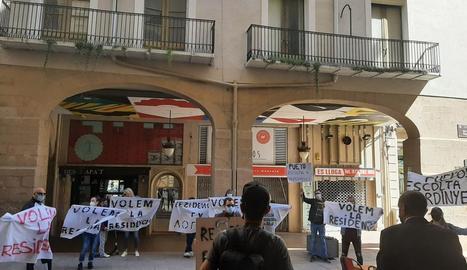 Els veïns van desplegar pancartes a favor de la residència davant de l'alcalde a primera hora de la tarda.