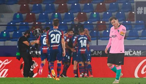 Leo Messi, abatut després de rebre el tercer gol dels valencians.