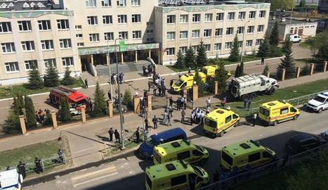 Desenes d'ambulàncies i efectius policials als voltants de l'institut.