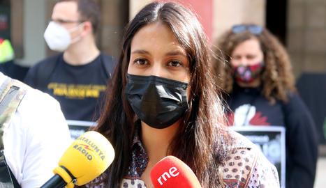 L'advocada de Pablo Hasel, Alejandra Matamoros, durant la roda de premsa davant del Parlament