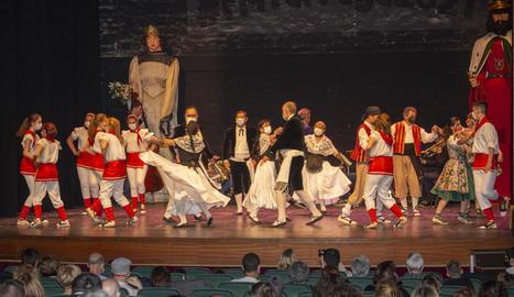 El ball de l'Eixida el van escenificar les entitats de cultura popular al Teatre Ateneu.