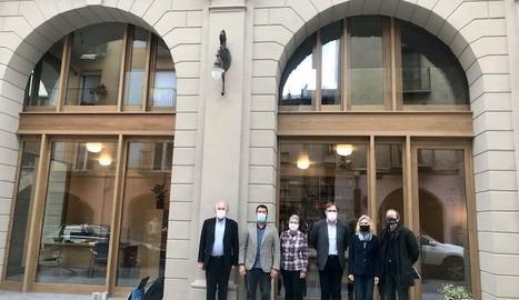 Les autoritats davant de la nova seu del COAC a la Seu.
