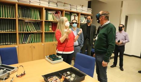 Un moment de la presentació de la nova Aula de Rehabilitació Visual, a la seu de l'ONCE a Lleida.