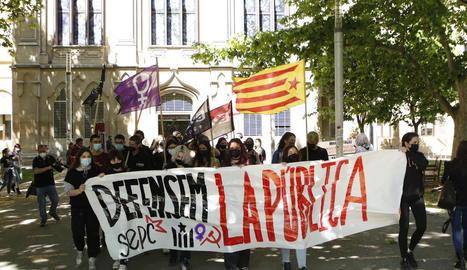 Imatge de l'inici de la protesta dels estudiants a la plaça Víctor Siurana.