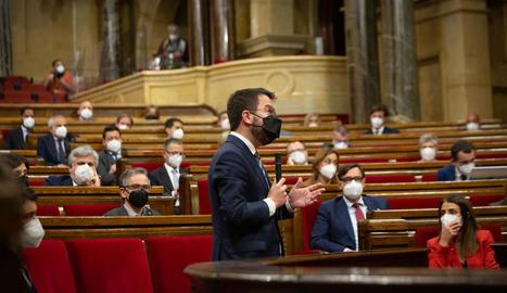 Salvador Illa, del PSC, i Meritxell Budó, de JxCat, observen Pere Aragonès ahir al Parlament.
