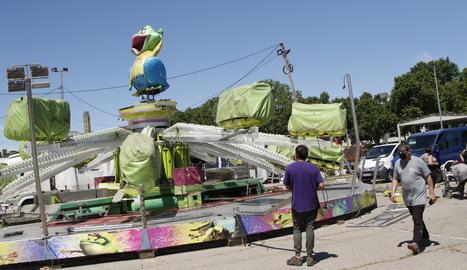 Els firaires muntant una vintena d'atraccions als Camps Elisis